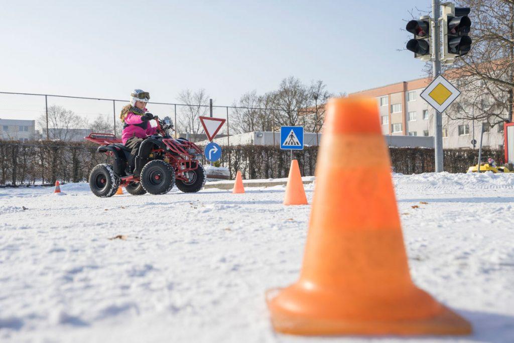 Kind auf Kinderquad im Schnee