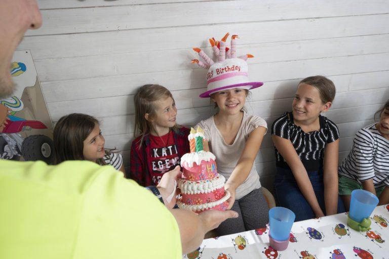 Mädchen feiert Kindergeburtstag