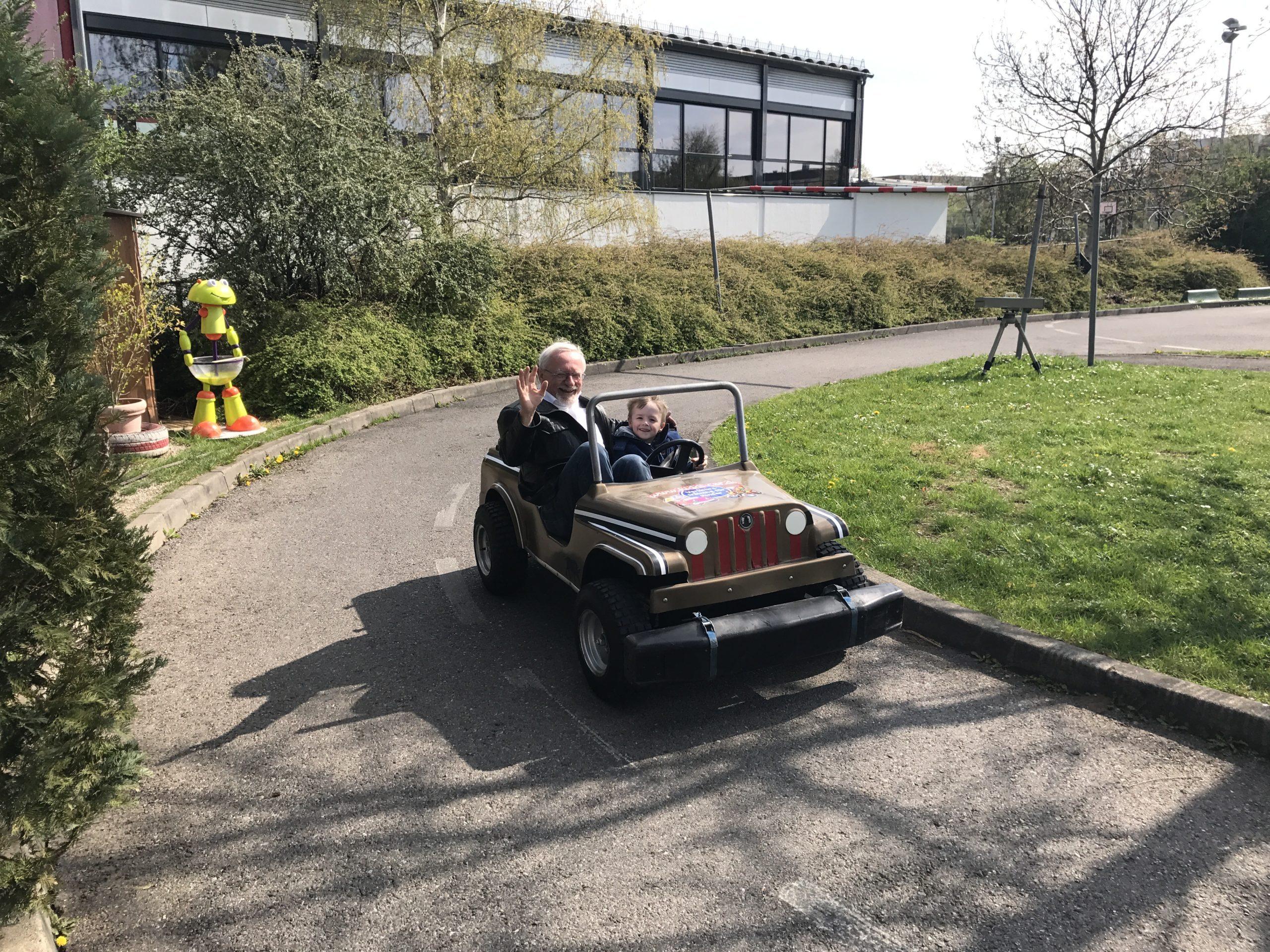 Kiddi-Car Quadfahren Opa und Enkel im Auto bei Kiddi Car scaled