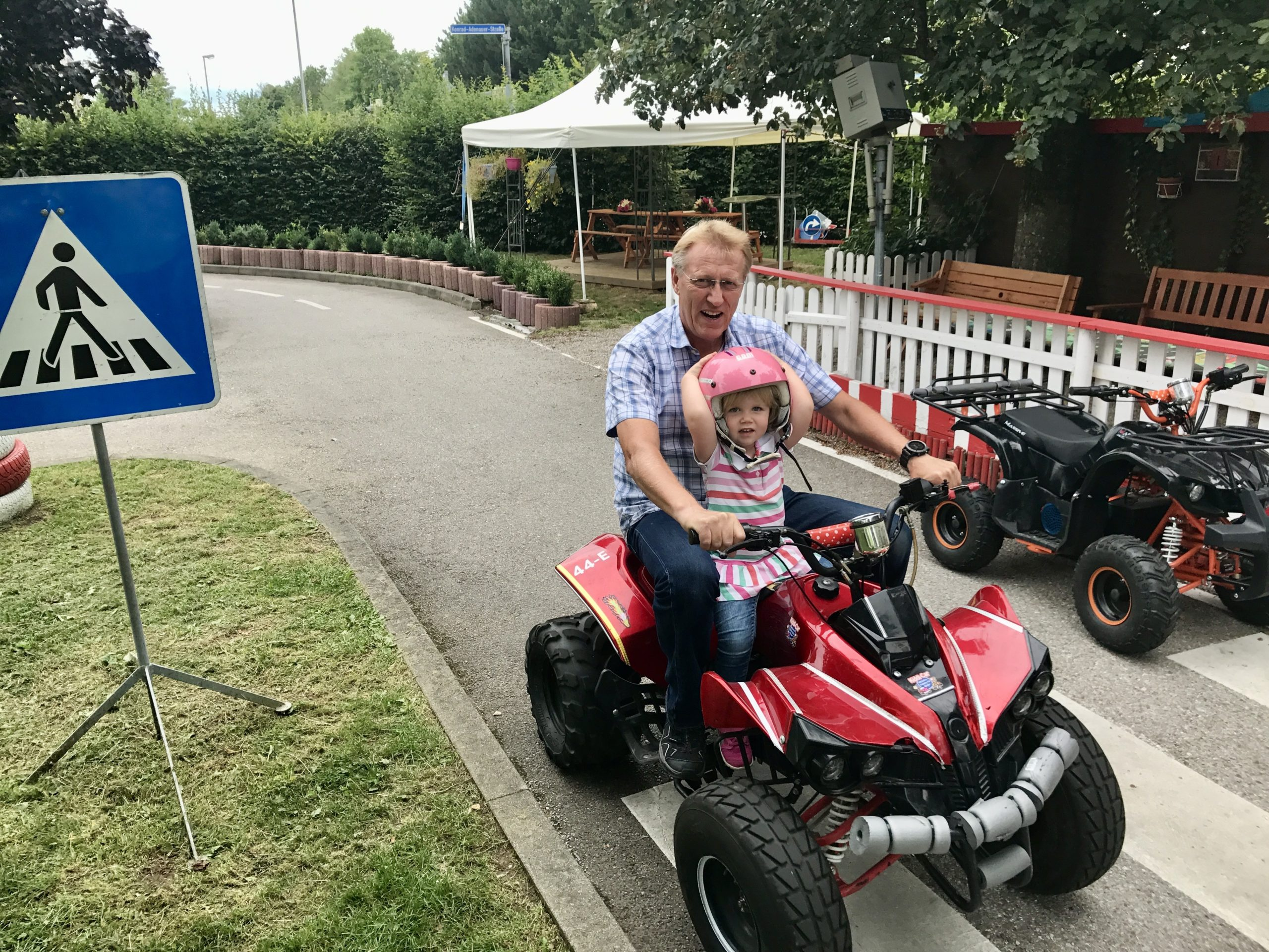 Kiddi-Car Quadfahren Opa und Enkelin auf Quad bei Kiddi Car scaled