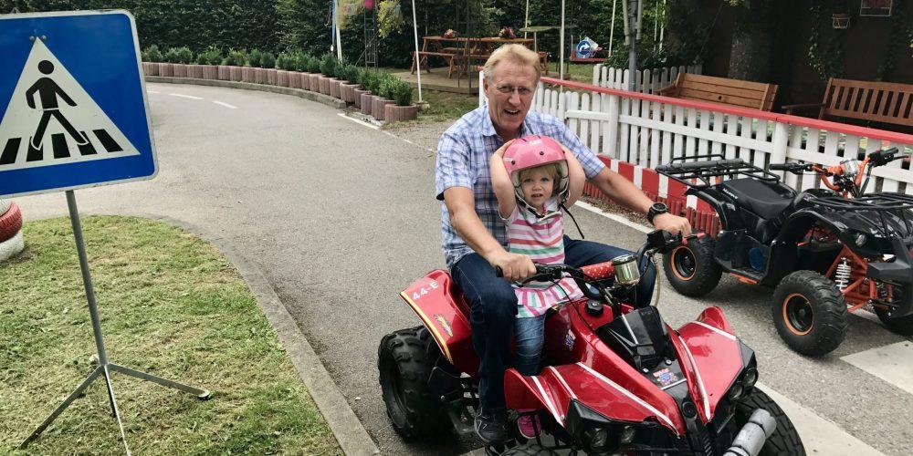 Opa und Enkelin auf Quad bei Kiddi-Car
